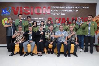 Rektor UPNVJ Jumpai Mahasiswa Prestasi Fakultas Hukum