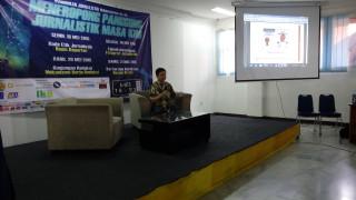 MENEROPONG PANGGUNG JURNALISTIK MASA KINI