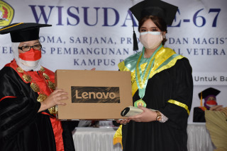 Apresiasi Prestasi Wisudawan, Rektor UPNVJ Beri Satu Unit Laptop